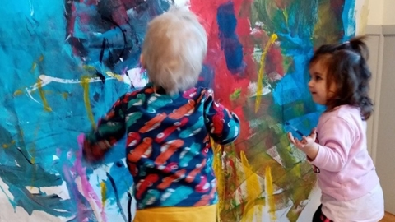 Litet barn stor målning